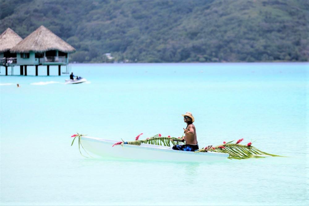 Viajar por Polinesia-piragua