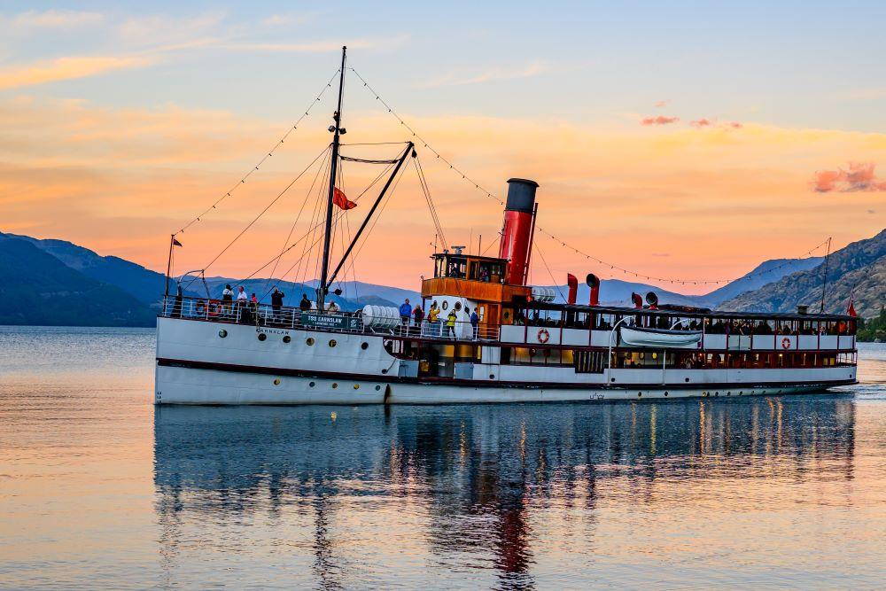 Viajar a Nueva Zelanda-queenstown-en-barco