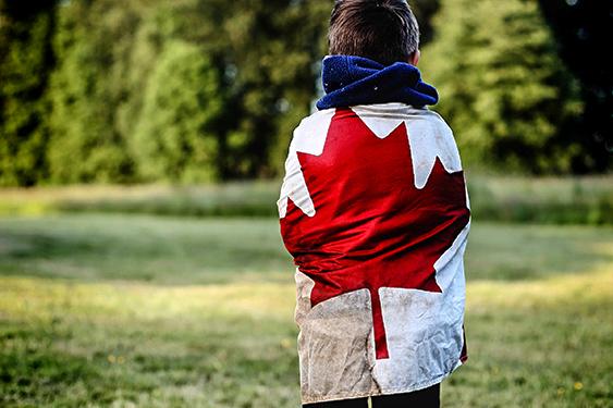Canadá Challenge. El viaje de los retos. NUBA everywhere. Niños en el bosque con bandera