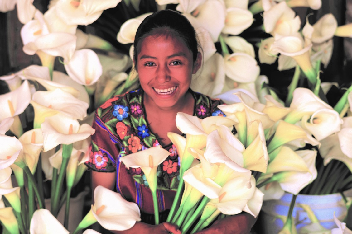 Viaje Guatemala-mujer-con-flores