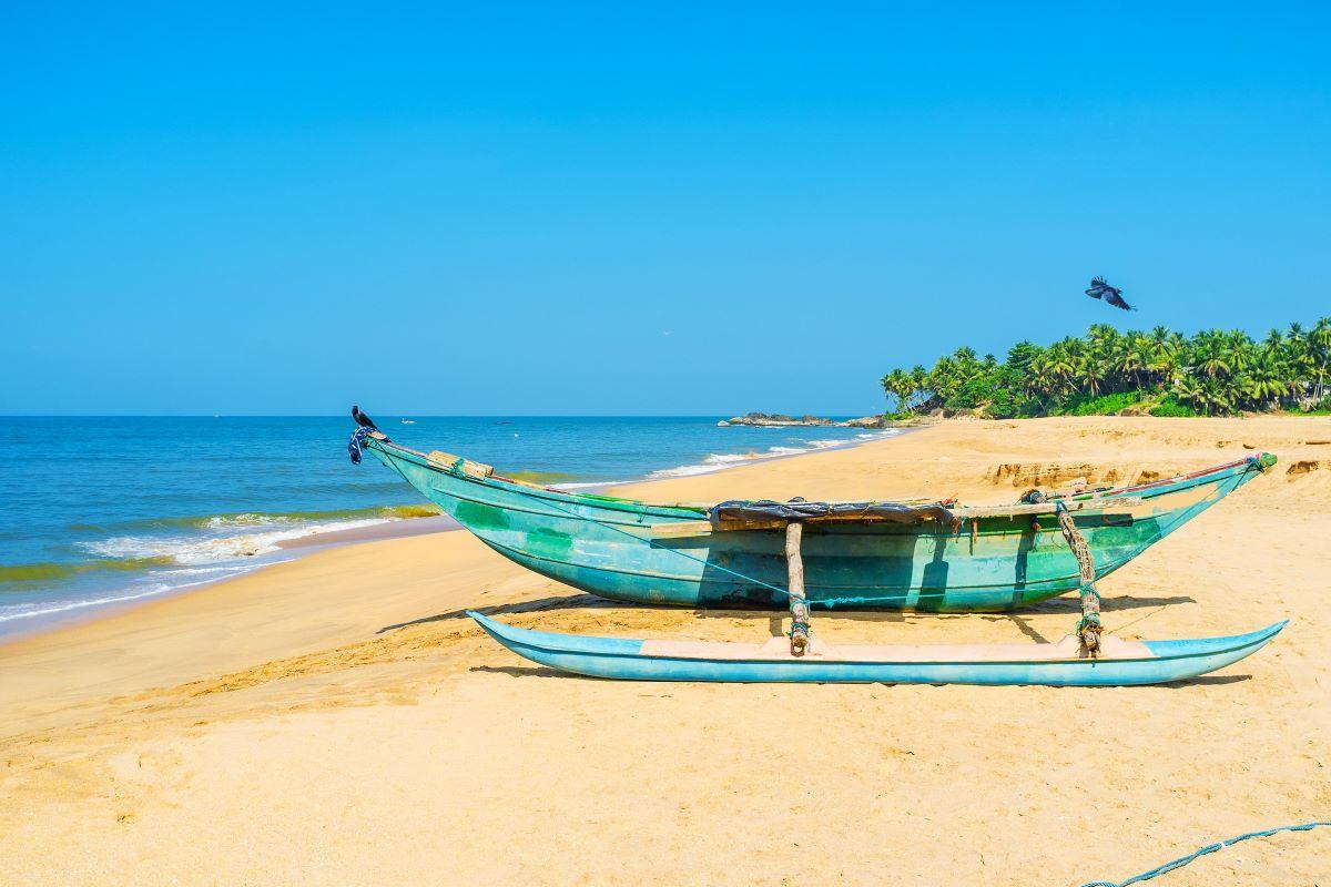 Viajar a Sri Lanka-barco-en-la-playa-de-bentota