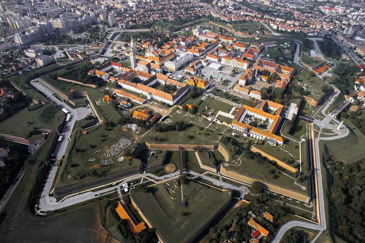 Viajar en familia-Transilvania-cetatea_alba_iulia_din_aer_toamna