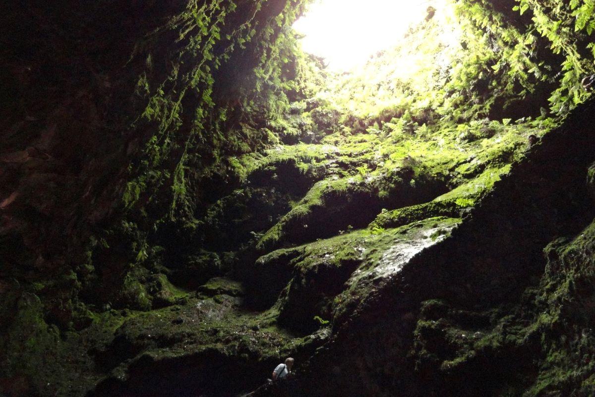 Viajar en familia-Azores-gruta-algar-do-carvao